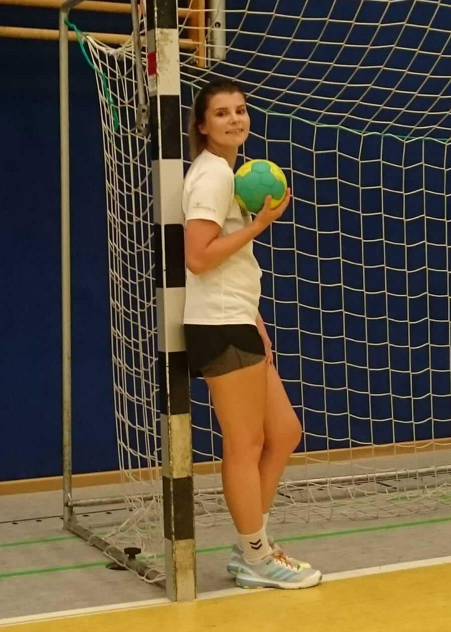 Anne steht mit Ball im Handballtor