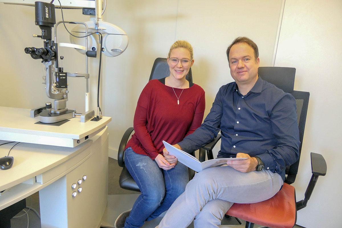 Linda und Dr. Müller-Holz vor ihrer Augenlaser-Behandlung