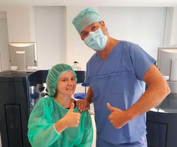 Anne und Dr. Müller-Holz in OP-Kleidung